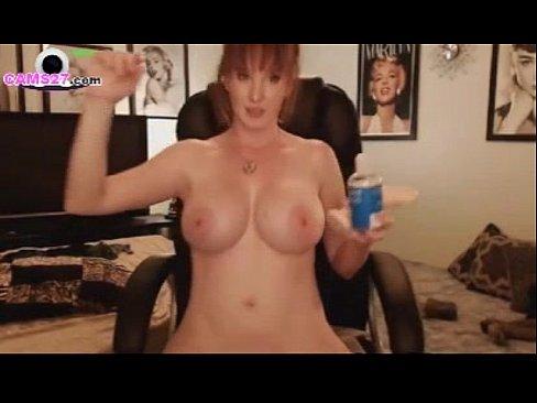 Roodharige moeder speelt met haar dildo speciaal voor jou