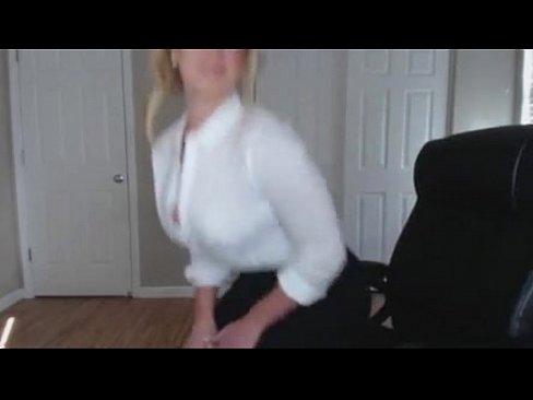 Blonde Milf verleid je met haar sexy look en geile borsten