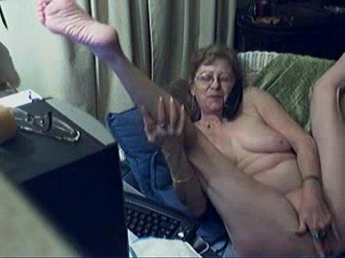 Oma steekt twee vingers diep in haar rijpe spleet